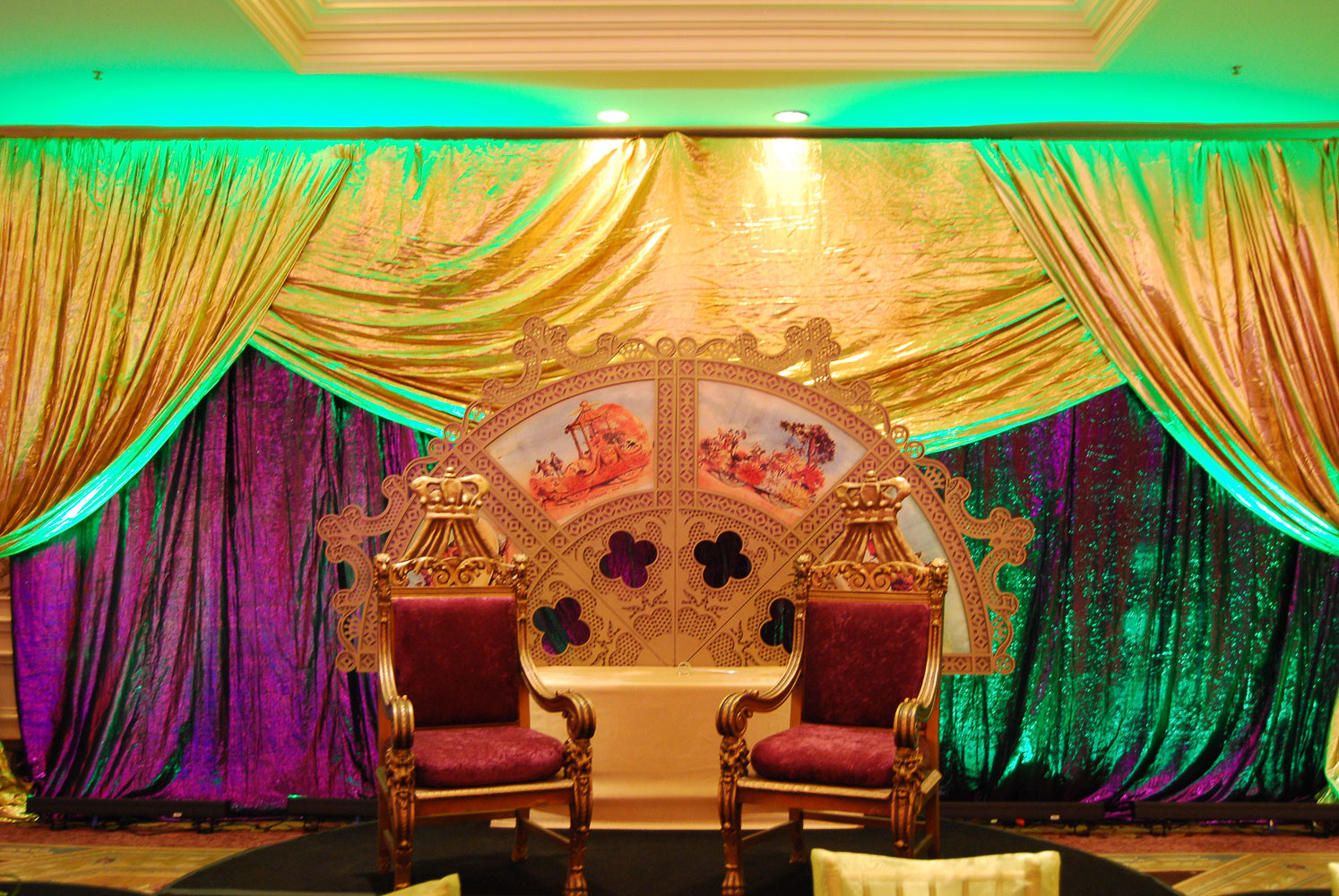 Mardi gras ball decor bbc destination management for Decoration accessoire